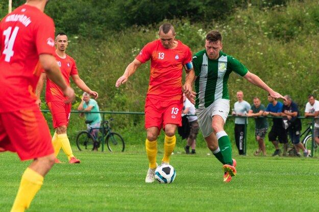 Miroslav Repáň (V červenom, s loptou) v zápase proti Turzovke.