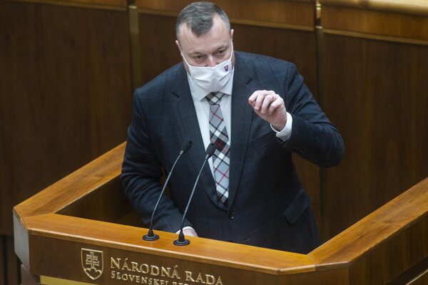 Minister práce Milan Krajniak (Sme rodina) počas schôdze parlamentu v Bratislave 21. októbra 2020.