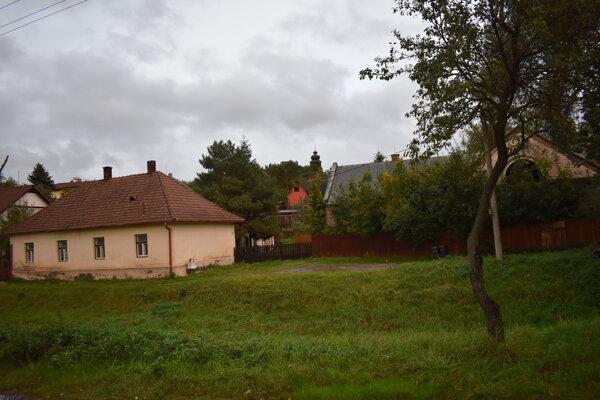 Soľná Baňa. Vľavo dom ešte vo vlastníctve mesta, vpravo pamiatka koniareň.