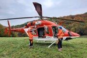 Záchranársky vrtuľník pri zásahu v lokalite Sekierskej doliny.