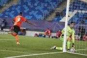 Dentinho sa teší po vlastnom góle Raphaela Varana v zápase Real Madrid - Šachtar Doneck.