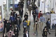 Cestujúci na vlakovej stanici v Soule.