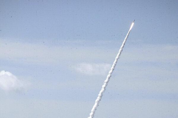 Balistická raketa vystrelená z japonského torpédoborca počas testu v Pacifiku.