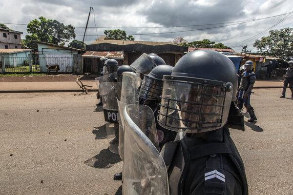 Polícia čelí podporovateľom opozičného lídra Cellou Dalein Dialloa. Konakry, Guinea, 21. október 2020.