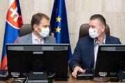 Premiér Igor Matovič a minister vnútra Roman Mikulec na rokovaní Ústredného krízového štábu.