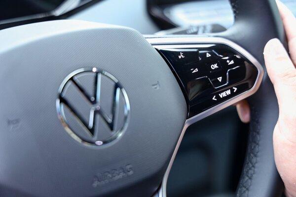 Multifunkčný volant sa dá ovládať dvoma spôsobmi, buď dotykovo alebo stláčaním tlačidiel.