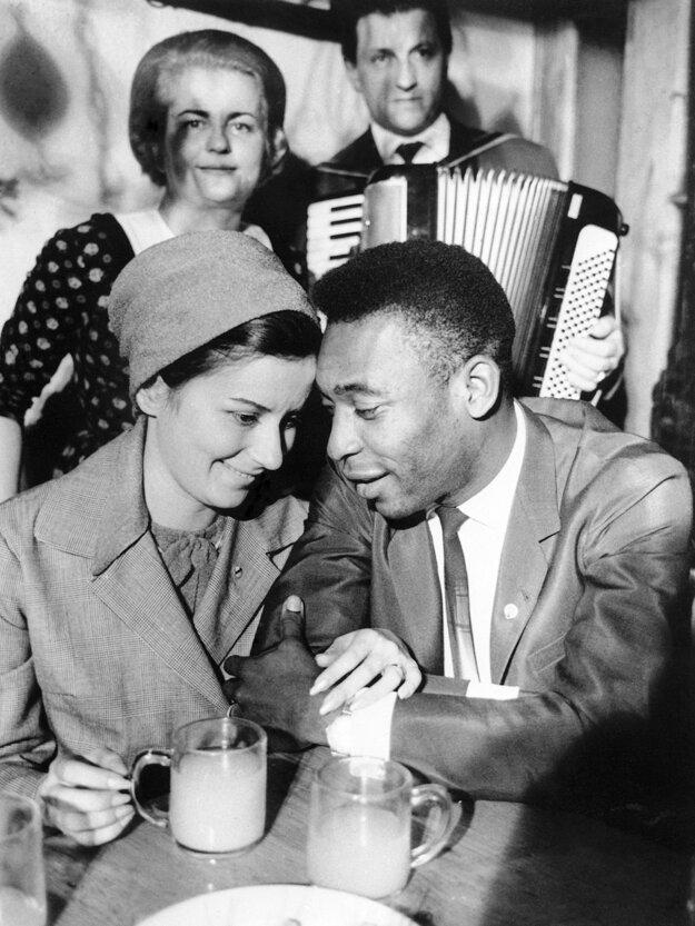 Na archívnej fotografi z  5. marca 1966 s jeho prvou manželkou  Rosemarie.