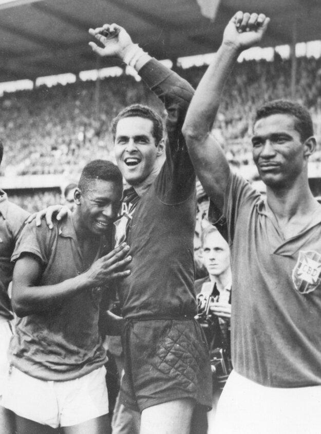 Na archívnej snímke z 29. júna 1958 zľava 17-ročný Brazílčan Pelé, brankár Gylmar Dos Santos Neves a Didi sa tešia po víťazstve Brazílie nad Švédskom 5:2 vo finále MS vo futbale v Štokholme.