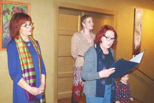 Zľava Mária Žilíková, scénografka SDKS a koordinátorka výstav v Galérii Foyer, autorka Katarína Fumačová Jahnová a kurátorka Marta Hučková.
