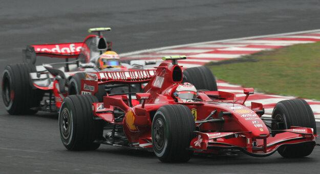 Lewis Hamilton (vzadu) a Kimi Räikkönen na zábere z roku 2007.