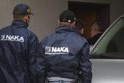 Policajná eskorta a príslušníci Národnej kriminálnej agentúry privádzajú vysokého postaveného policajného funkcionára Norberta Pakšiho a špeciálneho prokurátora Dušana Kováčika na pojednávanie na Špecializovaný trestný súd v Pezinku.