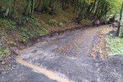 Náhradnú lesnú cestu museli po dažďoch odvodňovať. Obyvatelia sa obávajú, ako bude prejazdná vzime.