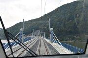 Dlhú obchádzku priehrady nahradil most a dva tunely
