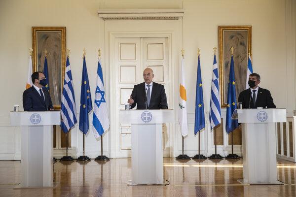 Grécky minister zahraničných vecí Nikos Dendias (uprostred), vpravo jeho izraelský rezortný partner Gabi Aškenazi a vľavo cyperský šéf diplomacie Nikos Christodoulides počas tlačovej konferencie v Aténach.