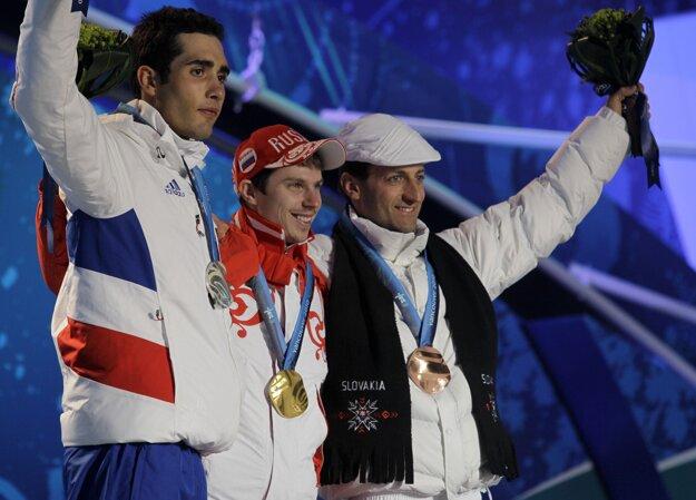 Pôvodné stupne víťazov, zľava Martin Fourcade, Jevgenij Usťugov a Pavol Hurajt.