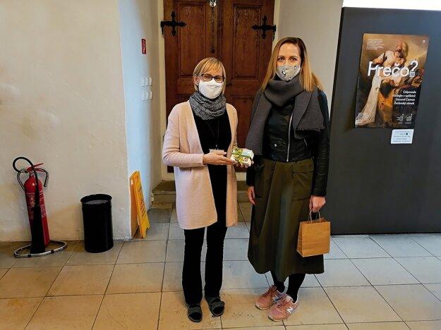 Iniciátorka zbierky Patricia Valentínová zo ZŠ Hrnčiarska (vpravo) a Jarmila Giláňová zo SNG počas odovzdávania kultúrnych poukazov.