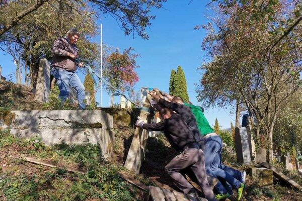 Dobrovoľníci odpracovali na židovskom cintoríne stovky hodín.