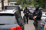 Polícia pred sídlom NAKA v Nitre.