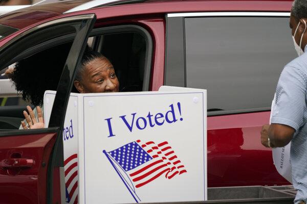 Vo voľbách už predčasne hlasovali desiatky miliónov Američanov.