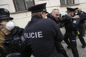 Demonštranti v kolízii s políciou počas protestu proti koronavírusovým opatreniam 28. októbra 2020 v Prahe.