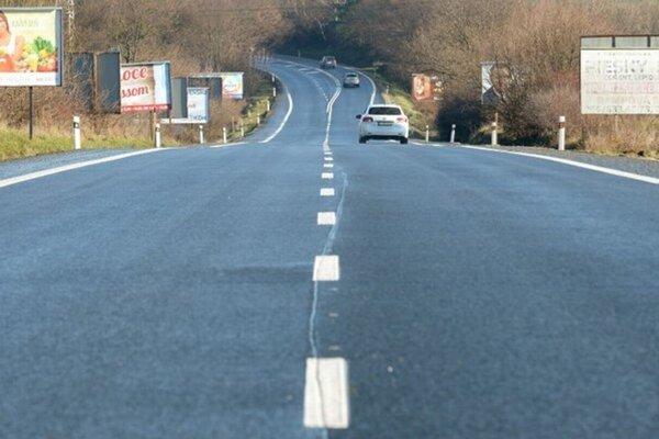 Rekonštrukcia cesty v sebe zahŕňa aj nový asfalt.