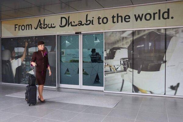 Pred letiskom v Abu Dhabí. Lenka vycestovala do Spojených arabských emirátov pred rokom. Verí, že koronakríza jej dovolí opäť naplno lietať.