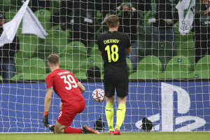 Brankár Krasnodaru Matvej Safonov inkasuje gól v zápase skupinovej fázy Ligy majstrov FK Krasnodar - FC Chelsea.