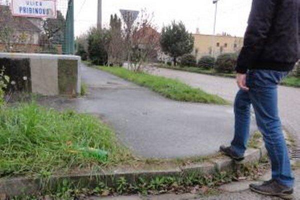 Vysoké obrubníky na Pribinovej robia problém hlavne starším a rodičom s kočíkmi.