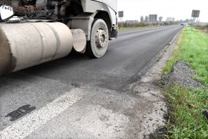 Nový asfalt, napriek sľubu, tento rok dokončený nebude.