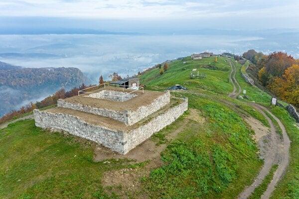Pohľad na obnovenú vežu komitátneho hradu na Pustom  hrade.