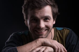 Pre hudobníka Juraja Hnilicu z Martina nie sú koncerty jediným zdrojom príjmu, hoci aj on výpadky tržieb cíti. Horšie sú na tom tisíce ďalších ľudí z kreatívneho priemyslu, ktorým koronakríza vzala podstatnú časť príjmov.