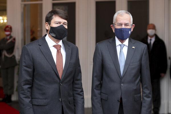 Rakúsky prezident Alexander Van der Bellen (vpravo) a maďarský prezident János Áder.