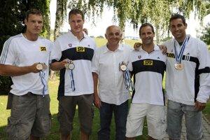 Tréner Tibor Soós (v strede) s členmi strieborného štvorkajaka na OH 2008 v Pekingu -Jurajom Tarrom, Erikom Vlčekom, Michalom a Richardom Riszdorferovcami.