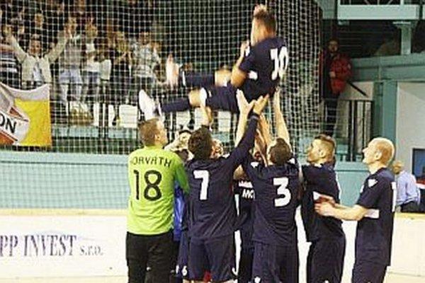 Najlepší strelec turnaja Daniel Koprda nad rukami svojich spoluhráčov.
