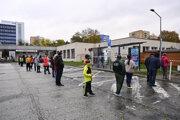 Ľudia čakajú na testovanie v trenčianskej tržnici 31. októbra 2020 v Trenčíne.