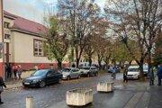 Pred základnou školou na Jilemnického vo Zvolene.