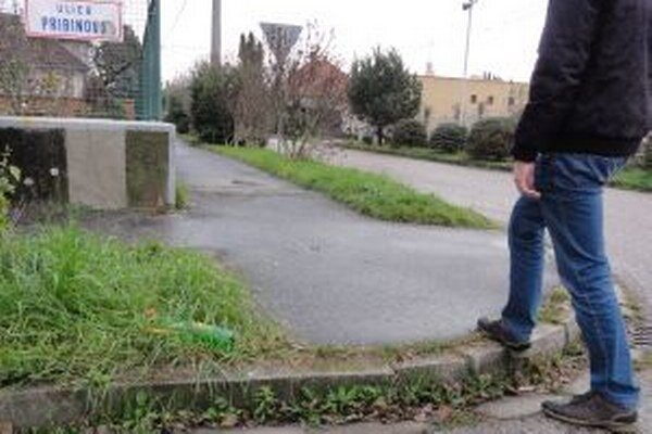 Frekventovaná Pribinová ulica, na ktorej je aj jedna z troch mestských škôl, nemá ani jeden bezbariérový chodník.