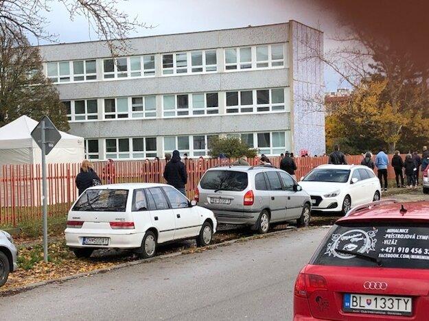 Čakanie na plošné testovanie v Podunajských Biskupiciach.