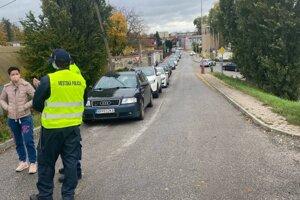 Autá majú namierené na testovacie miesto v ZsVS v Nitre.