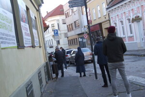 Ľudia, ktorí sa išli otestovať do synagógy, čakali až na Farskej ulici.