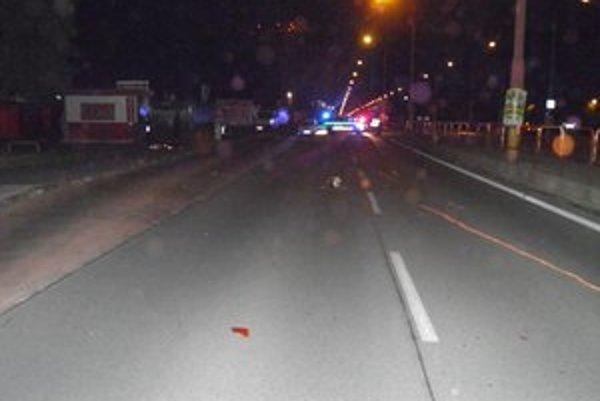 Miesto, kde motorka pre polnocou narazila do chodkyne, ktorá prechádzala cez cestu.
