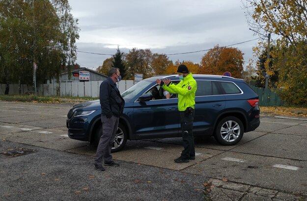 Niektorí vodiči si frustráciu z čakania vybíjali na ochranke či policajtoch.