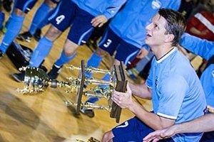 Matúš Paukner zdvihol nad hlavu putovný pohár na záver elitného halového turnaja.