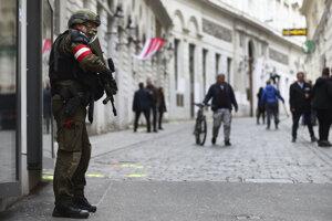 Ozbrojený vojenský policajt stráži ulicu na mieste pondelkovej streľby v centre Viedne.