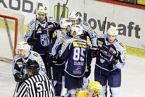 Vedúci gól strelil Juraj Štefanka (na snímke vzadu v strede).