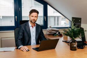 Rudolf Latiak vyštudoval ekonomickú vysokú školu v Banskej Bystrici, odbor manažment a marketing a OPEN University so zameraním na strategický manažment, inovácie a manažment zmien. Pôsobil na pozíciách CFO a CCO v stredne veľkých a veľkých spoločnostiach pôsobiacich v oblasti bankovníctva, energetiky, strojárstva alebo drevospracujúceho priemyslu. V októbri 2019 sa stal výkonným riaditeľom GAMO a zároveň je členom predstavenstva spoločnosti.