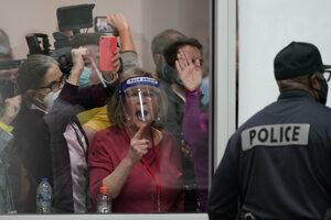 Protestujúci pred volebnou miestnosťou v Detroite.