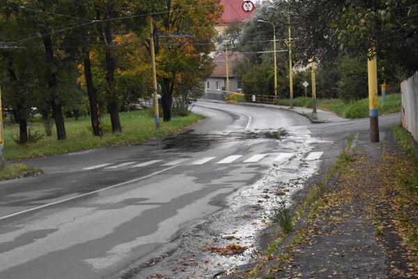 Voda zo soľankovodu stekajúca po ceste na Zlatobanskej ulici.