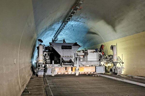 V tuneli sa na niektorých úsekoch finišuje.