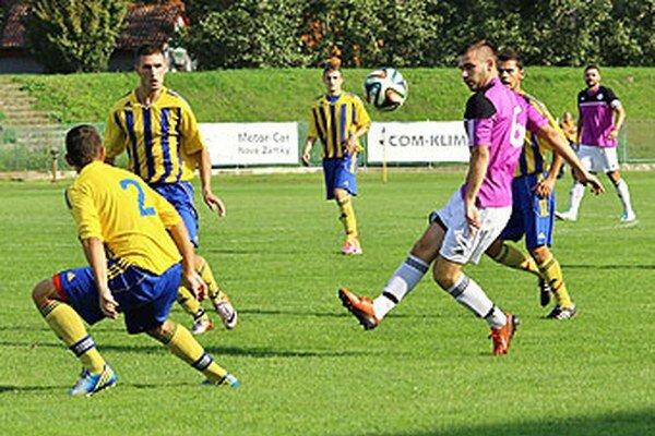Futbalisti Vrábeľ (v žltom, na archívnej snímke) si v dohrávke pripísali tri body.